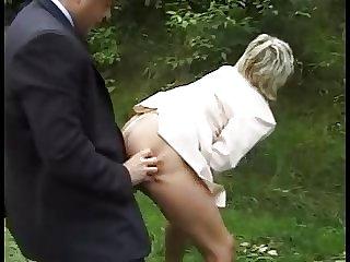 Oma wird am Waldrand gefickt