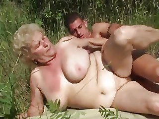 GRANNY Yon Heavy BOOBS FUCK Alfresco WTH A GRANNY LOVER