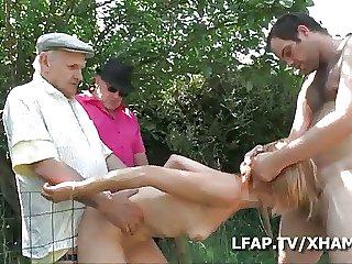 Papy voyeur s incruste mob baiser une meuf dans le jardin