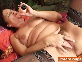 Older amateur cougar squeezing her vagina brawn