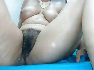Colombiana de 51 anos disfrutando una buena verga de caucho