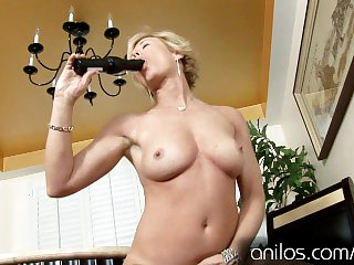 Mature housewife fucks palpitation sextoy