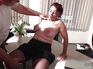 Charwoman fickt seine Sekreterin in Underwear auf Arbeit