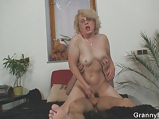 Alms-man finds cellphone and granny give the brush pussy as a payment