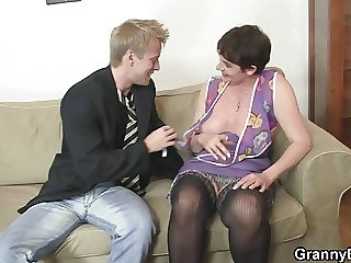 Ancient mom spreads legs for young cock