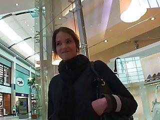Lilliputian in der Mall angesprochen und von 2 Typen auf gefickt