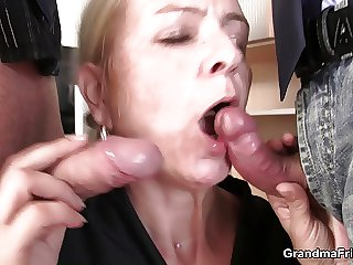 Skinny granny comme ci takes two cocks