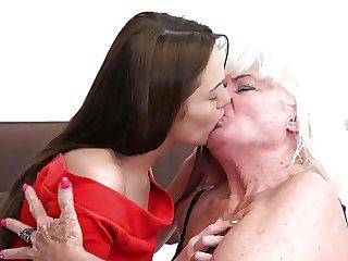 besando a la abuela