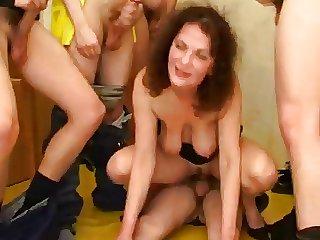 Moden Kvinde & 6 Unge Fyre - 3 (Danish Title)
