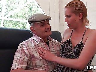 Cindy Picardie baisee dans les toilettes standard above average un vieux