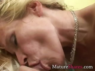 Amateur MILF sucking pornstar dick