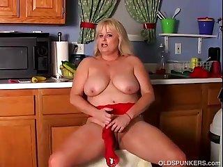 Busty mature pornstar Lizzy Liques