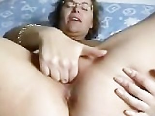 Mature wed fingering herself